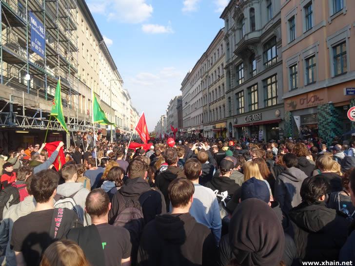Demonstration durch das Myfest in der Oranienstraße