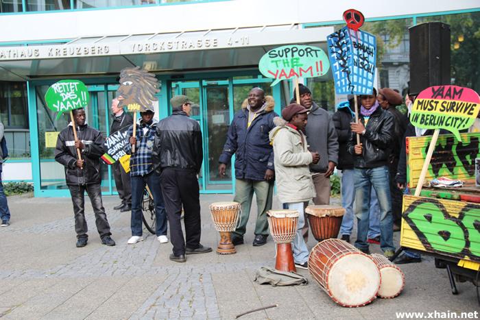 Solidaritätskundgebung für das YAAM vor dem Rathaus Kreuzberg