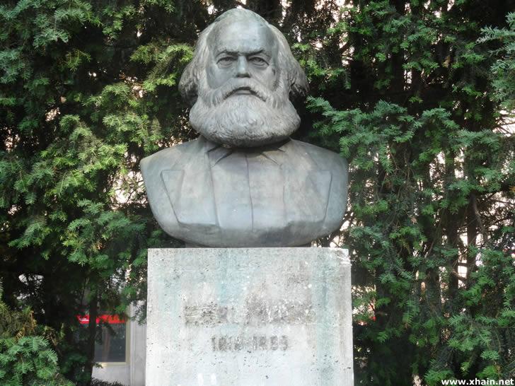 Karl-Marx-Denkmal ohne Buchstaben und Jahreszahlen