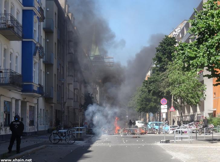 Brennende Barrikaden in der Rigaer Straße Ecke Zellestraße