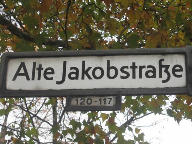 Kreuzberg: Feuer an Mercedes in der Alten Jakobstraße