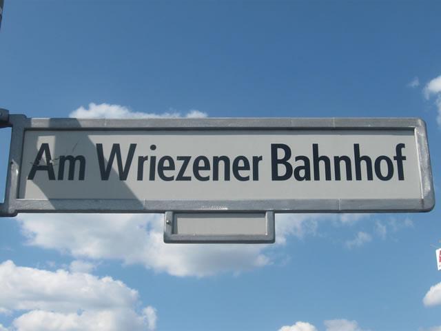 Friedrichshain: Mercedes am Berghain angezündet