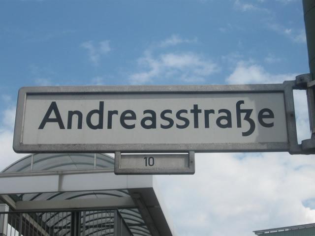 Friedrichshain: BVG-Bus beschädigt