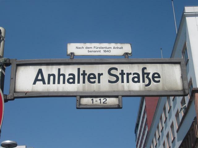 Kreuzberg: Fußgängerin auf der Anhalter Straße von Auto erfasst