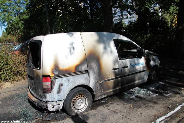 Auto der Firma Gegenbauer am Platz der Vereinten Nationen angezündet