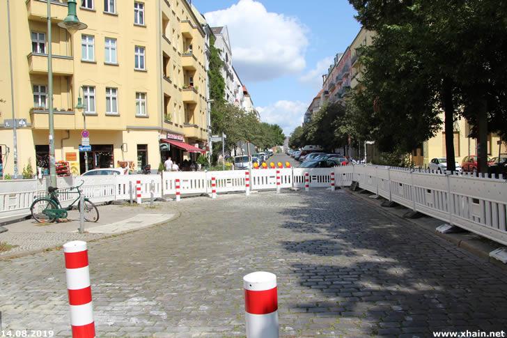 Durchfahrtssperre im Samariterkiez (Samariterstraße / Ecke Bänschstraße)