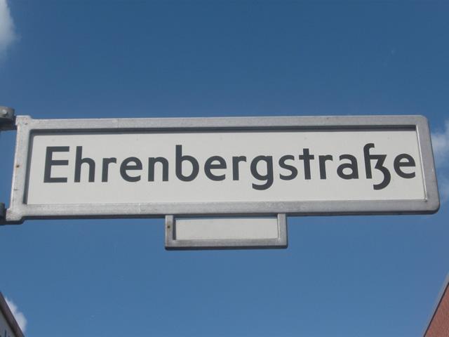 Friedrichshain: Mit Freundin auf der Haube Verkehrsunfall verursacht