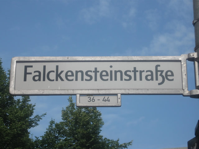 Kreuzberg: Autofahrerin fährt in Personengruppe