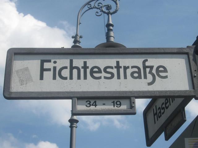 Kreuzberg: Mercedes in der Fichtestraße angezündet