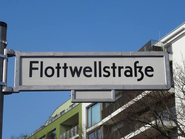 Kreuzberg: Zusammenstoß zwischen Polizeiwagen und Taxi