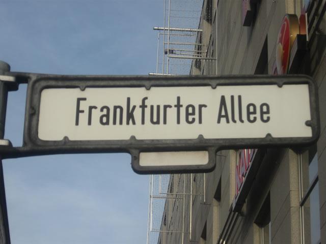 Friedrichshain: Mann und Hund auf der Frankfurter Allee von Auto erfasst