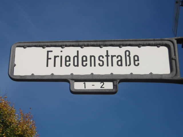 Friedrichshain: Firmenfahrzeug in der Friedenstraße angezündet