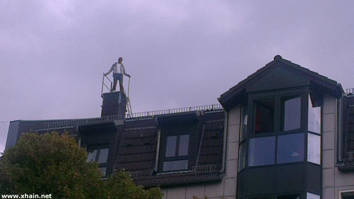Flüchtling auf dem Dach des Wohnheims in der Gürtelstraße