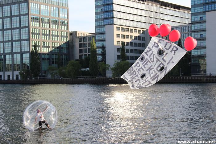 H2GO - politische Kunstaktion auf der Spree
