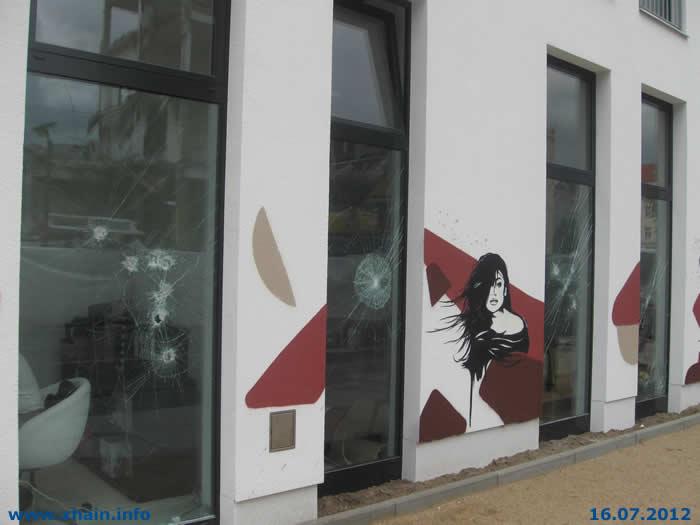 Hotel in der Boxhagener Straße mit Steinen beworfen