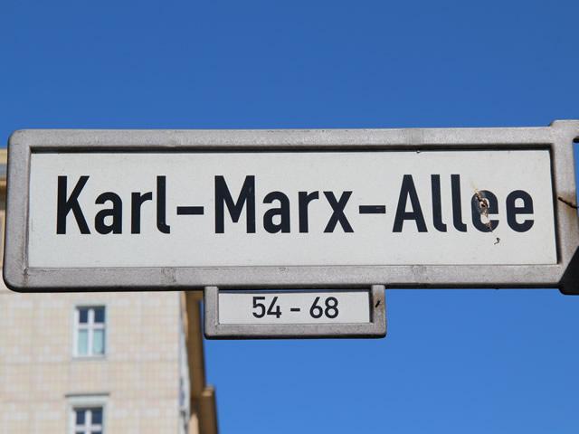 Motorradfahrer bei Unfall auf der Karl-Marx-Allee schwer verletzt