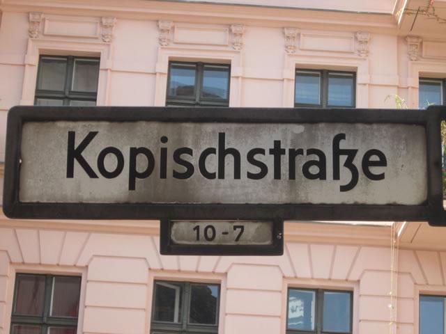 """Kreuzberg: Farbanschlag auf """"Die PARTEI"""" und """"Titanic"""""""