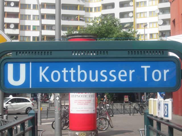 Kottbusser Tor: Bei Raub gegen Kopf getreten