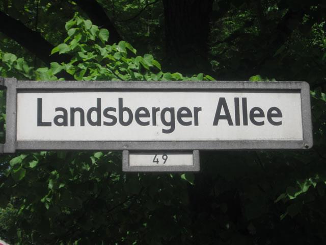 Friedrichshain: Autofahrer auf der Landsberger Allee mit Tram kollidiert