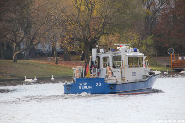 "Police boat ""Spree"" of the water protection police Berlin in search of dead swans in the Landwehrkanal near Baerwaldbrücke"