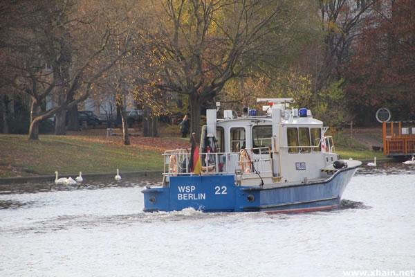 """Polizeiboot """"Spree"""" der Wasserschutzpolizei Berlin auf der Suche nach toten Schwänen im Landwehrkanal nähe Baerwaldbrücke"""