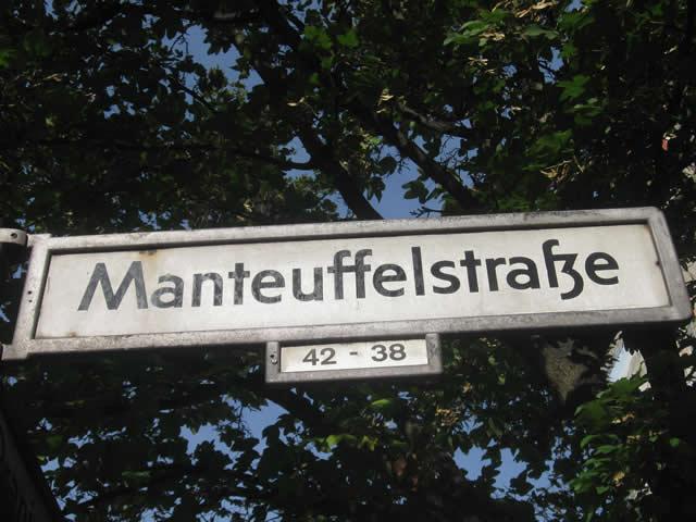 Kreuzberg: Auto in der Manteuffelstraße angezündet