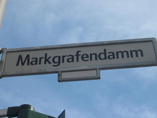 Friedrichshain: Fußgängerin auf dem Markgrafendamm von Radfahrer erfasst
