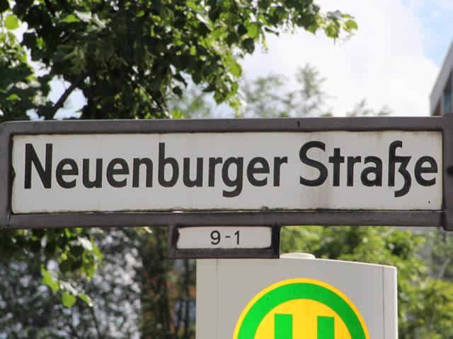 Kreuzberg: Taxi in der Neuenburger Straße in Brand gesetzt