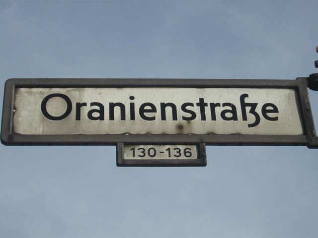 Kreuzberg: Verkehrsunfall mit gestohlenem Auto in der Oranienstraße