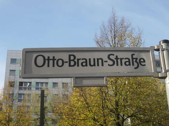 Friedrichshain: Radfahrerin mit LKW kollidiert