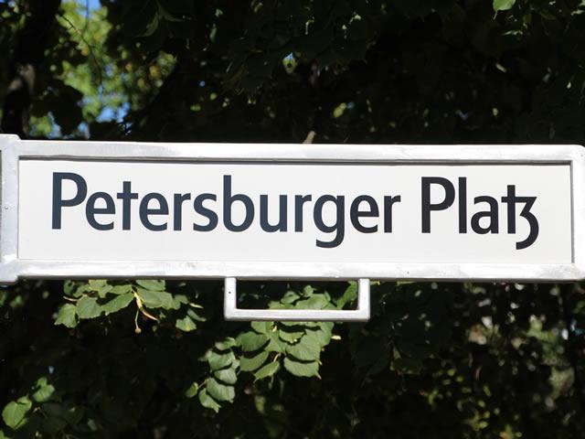 Friedrichshain: Brennender Pkw am Petersburger Platz