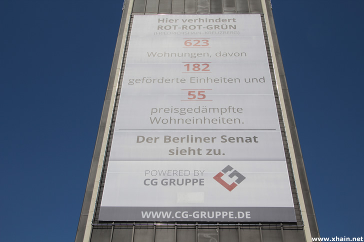 Plakat der CG-Gruppe am Posthochhaus