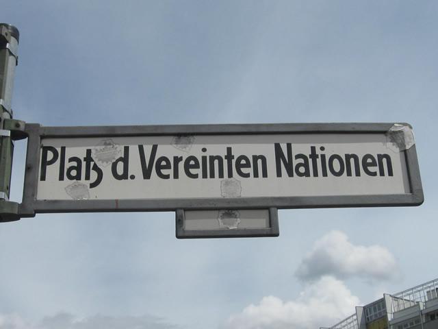 Friedrichshain: Tram kollidiert am Platz der Vereinten Nationen mit Transporter