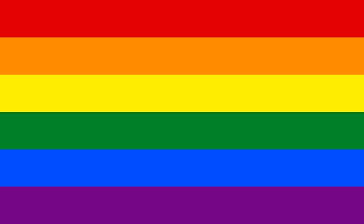 Regenbogenbeflaggung vor dem Rathaus Friedrichshain-Kreuzberg