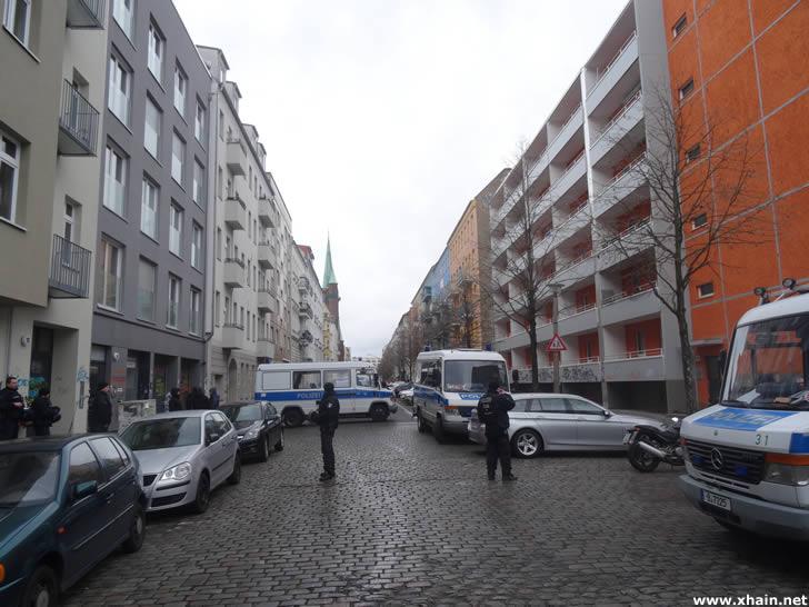 Straßensperrung in der Rigaer Straße Ecke Zellestraße