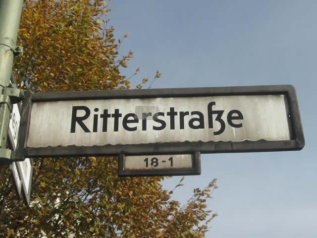 Kreuzberg: Mercedes in der Ritterstraße ausgebrannt