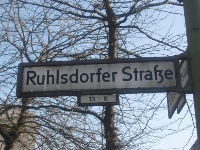 Kreuzberg: VW in der Ruhlsdorfer Straße ausgebrannt