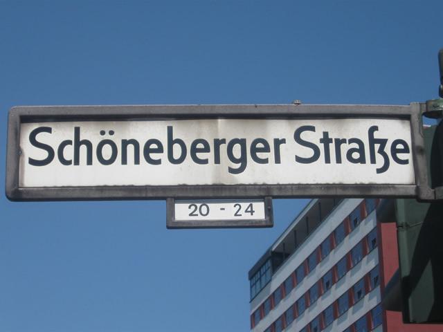 Kreuzberg: Fahrzeug der Bundespolizei in Brand gesetzt