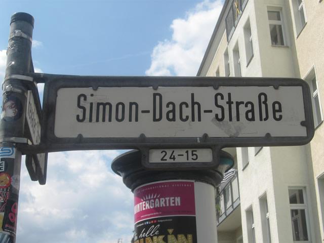 Friedrichshain: Fans von Hannover 96 randalierten in der Simon-Dach-Straße