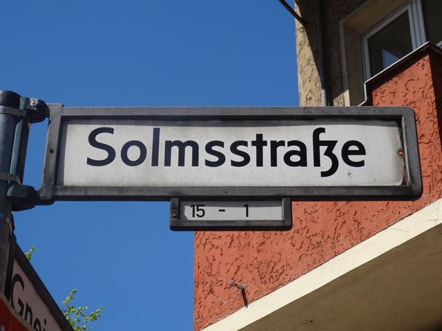 Kreuzberg: Kinderwagen in der Solmsstraße angezündet