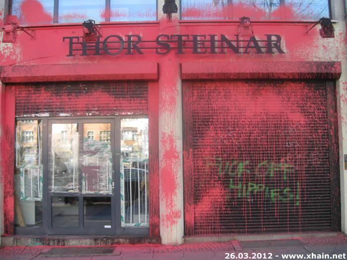Friedrichshain: Thor-Steinar-Laden rot angemalt