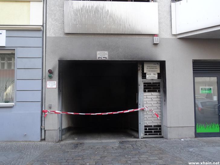 Rigaer Straße: Mercedes in Tiefgarage angezündet