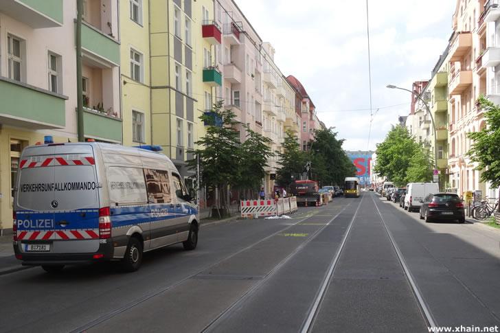 Verkehrsunfallkommando - Kind auf der Boxhagener Straße von Tram erfaßt