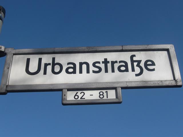 Kreuzberg: Taschendieb auf der Urbanstraße von Auto erfasst