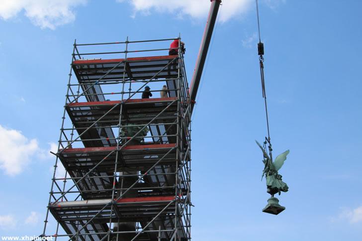 """Nach dem Wiederaufbau der Friedenssäule ist heute die """"Viktoria"""" wieder an ihren Platz am Brunnenbecken des Mehringplatzes zurückgekehrt."""